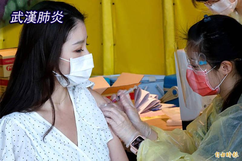 疫情影響提高AZ疫苗打氣,指揮中心統計,13日全國疫苗接種人數達2萬1394人,再創新高。(記者朱沛雄攝;本報合成)