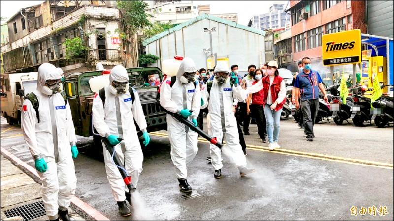 國軍化學兵支援新北市24小時大清消。(記者周湘芸攝)
