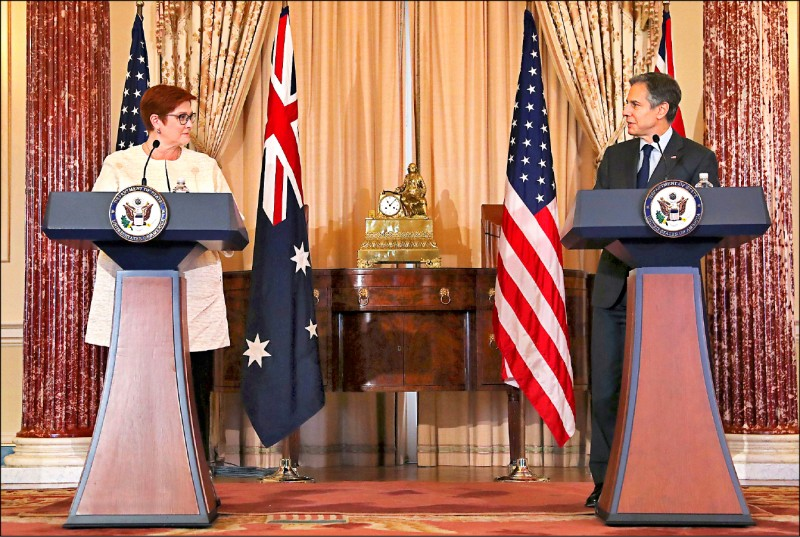 澳洲外交部長潘恩(左)十三日在美國華府和美國國務卿布林肯(右)會談,兩人隨後在美國國務院召開聯合記者會。(路透)