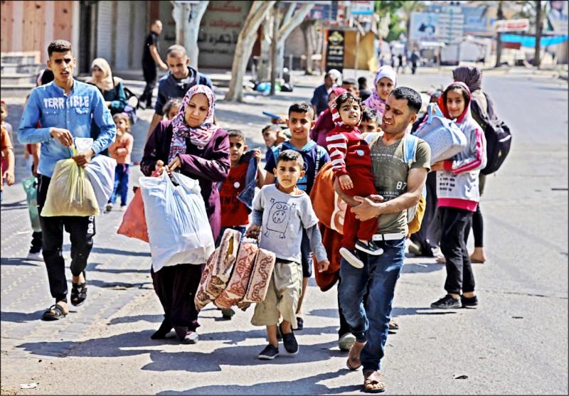 加薩的巴勒斯坦人害怕以軍進攻,攜家帶眷逃往他處。(法新社)