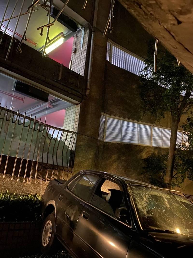 邱女誤踩油門車子直接從停車場2樓衝出。(記者吳昇儒翻攝)