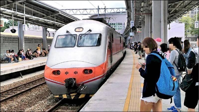 昨又有確診者搭台鐵近320公里從板橋前往台南,台鐵今急消毒列車、車站。圖非當事列車。(資料照)