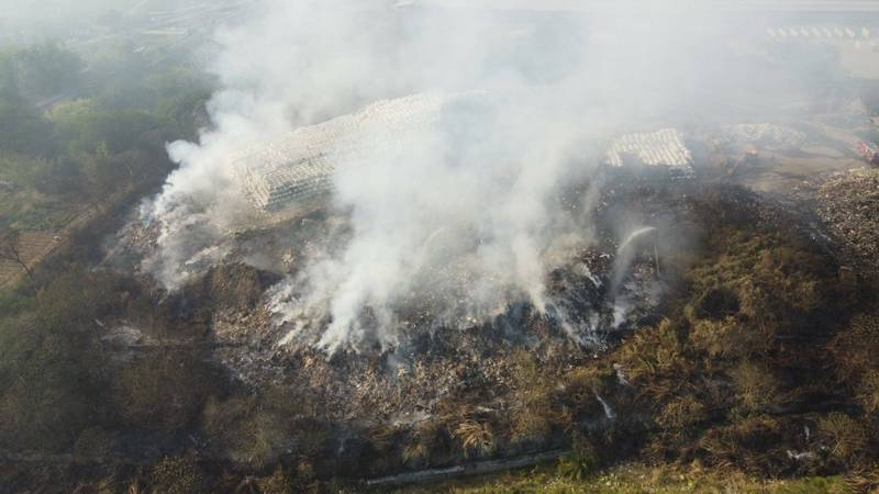 南投名間垃圾場大火,火勢延燒面積達兩公頃,透過空拍可見火場範圍廣闊。(記者劉濱銓翻攝)