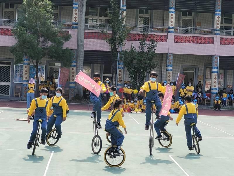 屈尺國小百週年校慶,活動縮小規模,師生自行在校園中舉行節目。(屈尺國小提供)
