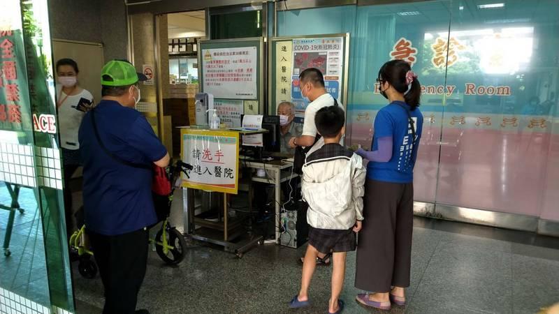 為因應北台灣本土疫情爆發,南市府今宣布加強醫療院所篩檢量能及防護之相關限制措施,嚴守社區防線。(南市衛生局提供)
