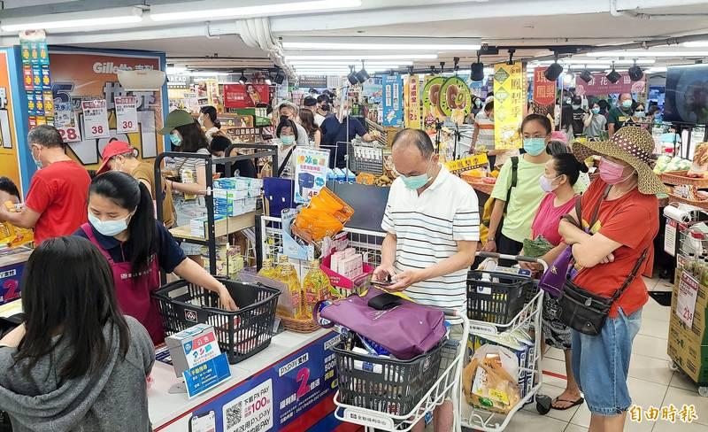 昨日爆增180例本土案例確診,行政院15日召開記者會,宣布台北市和台北市升級為三級防疫警戒。消息一傳出,大型賣場湧入民眾搶購物資。(記者方賓照攝)