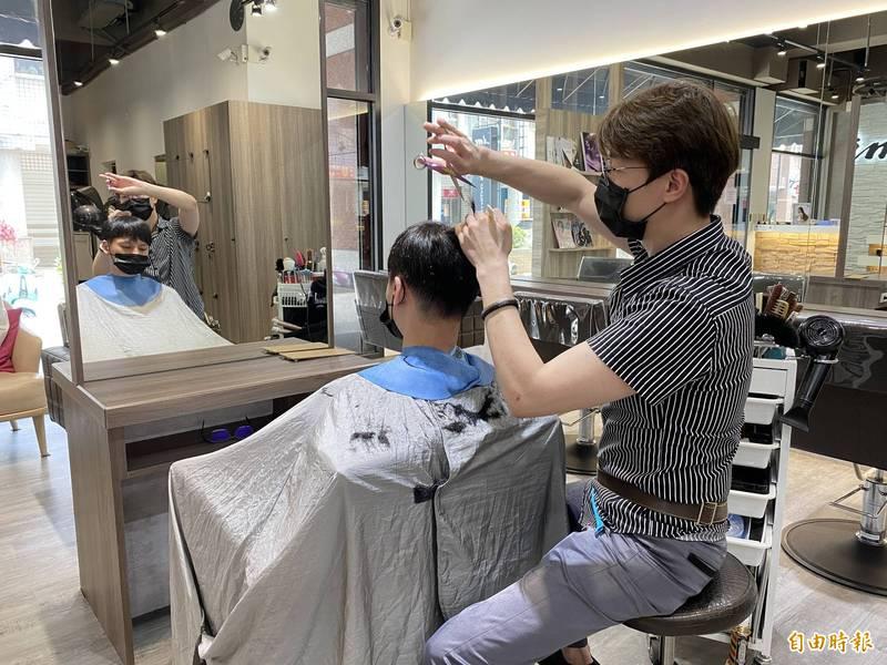 宜蘭縣府表示,一般理髮店仍能營業。(記者蔡昀容攝)