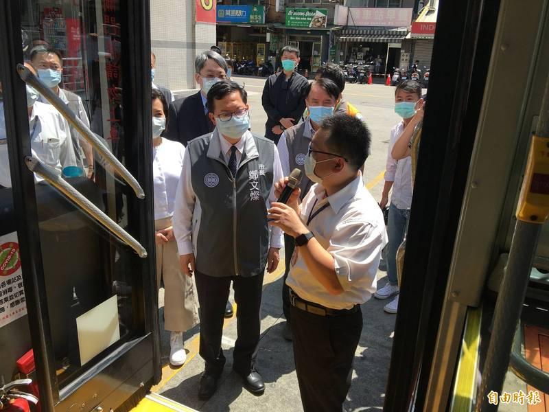 桃園市長鄭文燦視察桃園客運的各項防疫作為。(記者謝武雄攝)