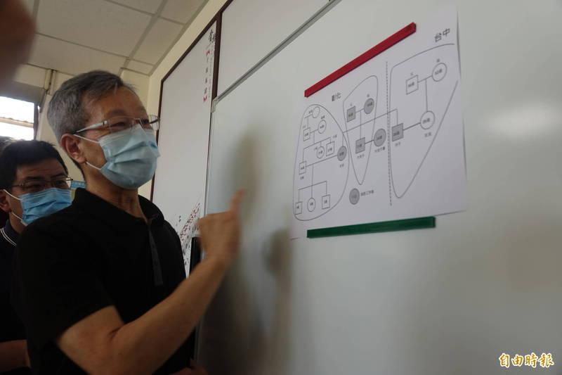 彰化縣衛生局長葉彥伯說明葡萄家族確診個案情況。(記者劉曉欣攝)