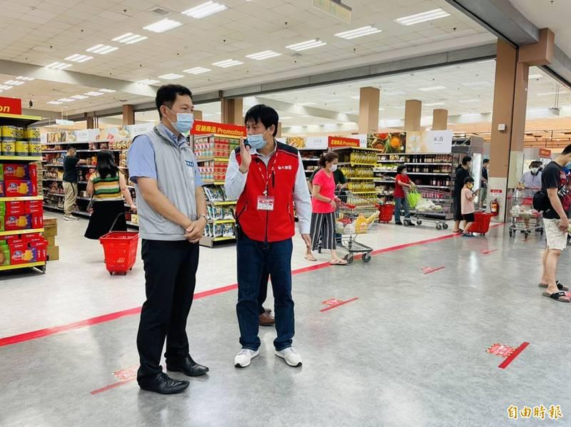 新竹市政府產發處到各賣場了解物資供應情況,目前物資供應正常,民眾不用擔憂。(記者洪美秀攝)