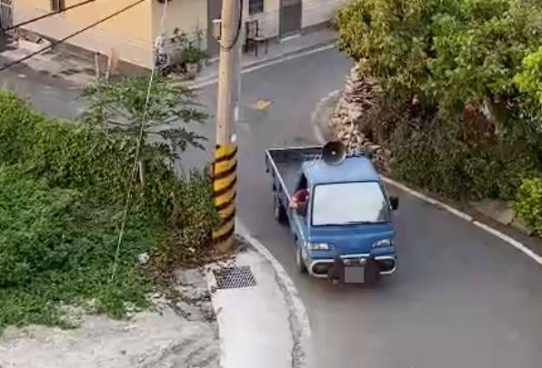 彰化某鄉鎮楊姓里長駕駛該輛小貨車廣播未經公布確診者染疫,已經違法。(翻攝彰化踢爆網)