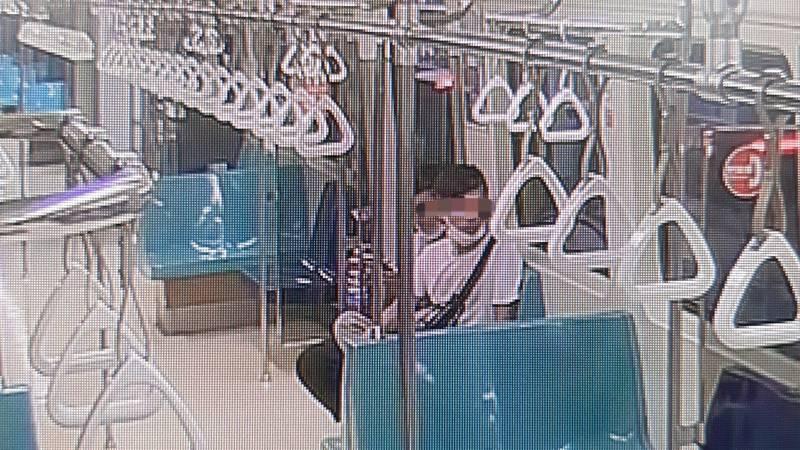 民眾搭乘捷運需戴好口罩,將口鼻遮掩住,但有一對夫妻未遵守規定,還對勸導者辱罵恐嚇,北捷除了移請主管機關開罰外,還會吃上官司。(記者劉慶侯翻攝)
