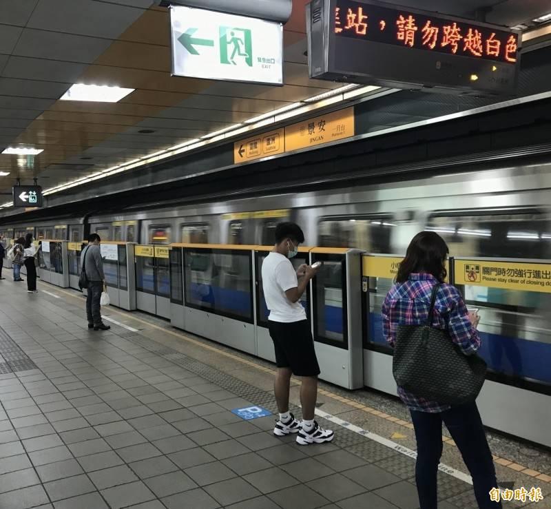 雙北市防疫警戒提升至第三級,台北捷運運量下滑。(資料照)