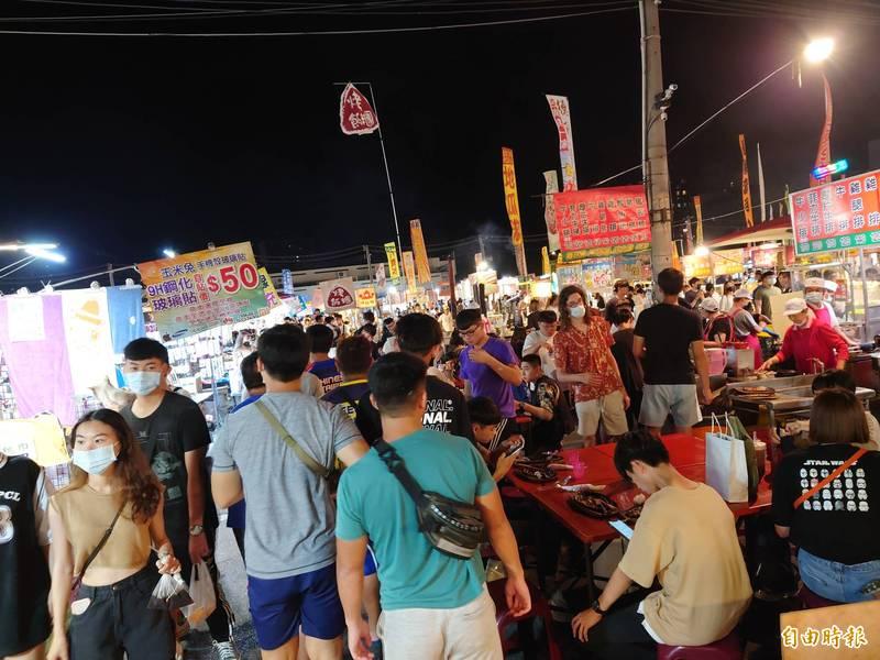 台南夜市禁止內用,將要求攤商不能擺飲食座位。(記者洪瑞琴攝)