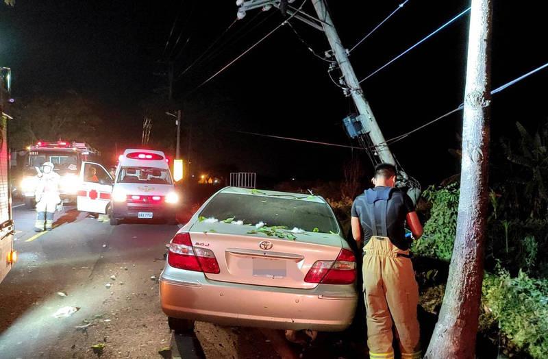轎車猛撞路旁電桿,男駕駛摔飛車外。(記者楊金城翻攝)