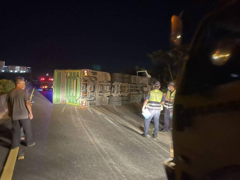 國道1號北上271.9公里處今晚發生大貨車翻覆意外,現場還在處理,主線封閉中。(民眾提供)