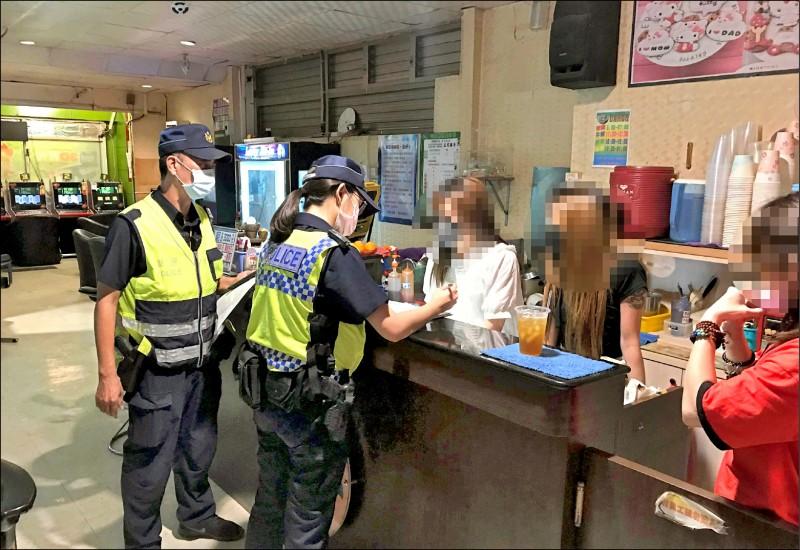 台南新營分局臨檢八大行業、清查實聯制防疫。(記者楊金城翻攝)