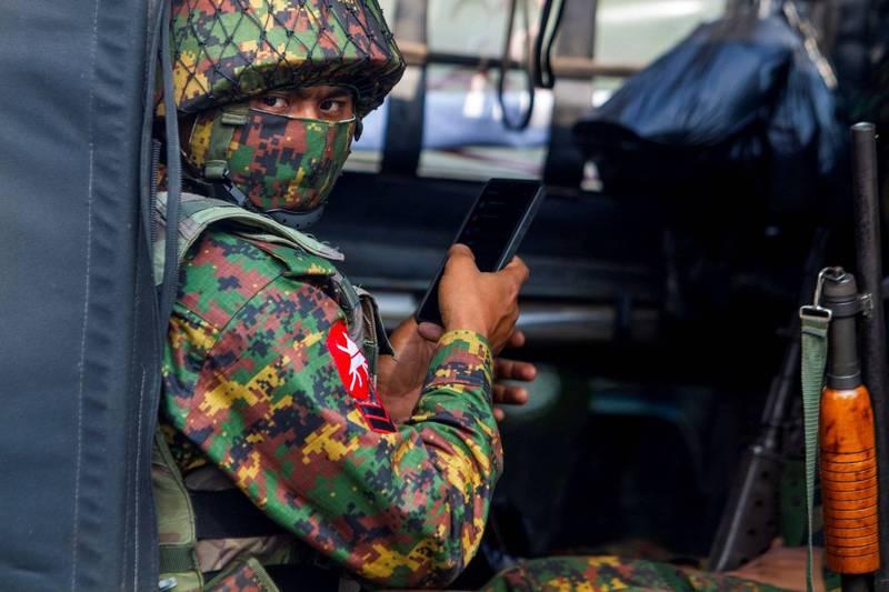 緬甸軍方今(15)日在西部的欽邦敏達鎮進行砲擊,以對抗當地平民武裝份子。(路透)