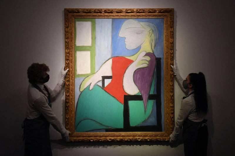 畢卡索的油畫《坐在窗台旁的女人》,在紐約佳士得拍賣會上以1億340萬美元(約新台幣29億元)的價格成交。(法新社)
