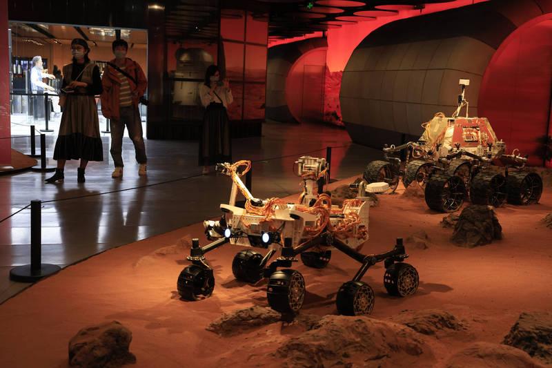 中國火星探測器「天問一號」成功登陸火星,後續將派出探測車「祝融號」執行任務。示意圖。(美聯社)