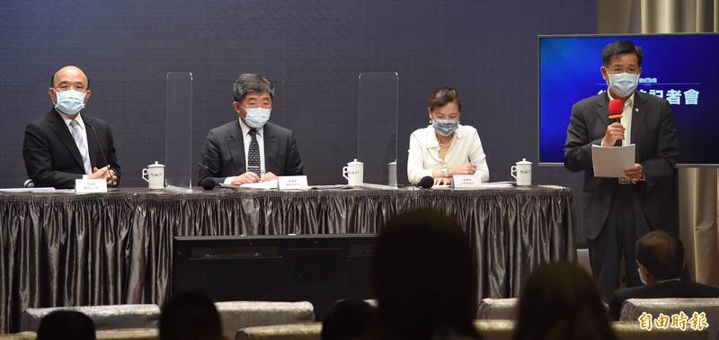 陳時中(左二)表示,將會修訂出院標準,讓主要醫療量能用在重症和高傳染性病人身上。(記者劉信德攝)