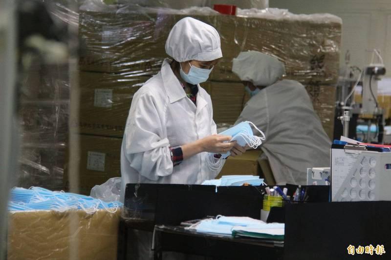 口罩是防疫期間最重要的防疫物資,國內產量充裕,多數民眾也已在家中備有庫存,但卻有少數商家在此時調漲售價,引發民眾不滿上網爆料。(資料照)