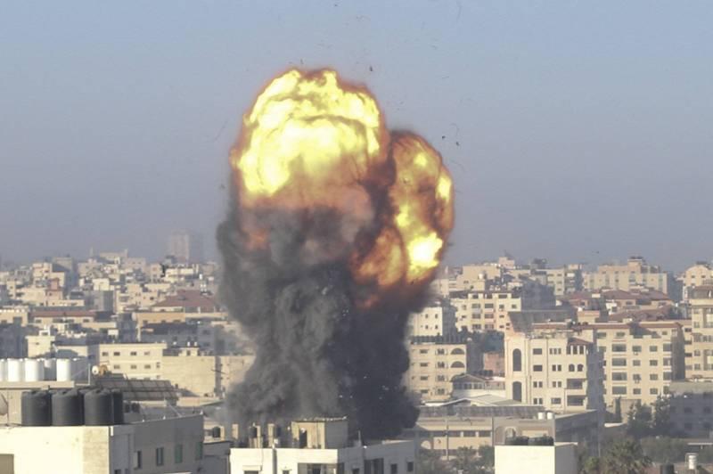 以色列和巴勒斯坦近來爆發衝突,美國特使安默(Hady Amr)已抵達以國首都特拉維夫,希望能平息干戈。圖為加薩走廊遭轟炸。(法新社)