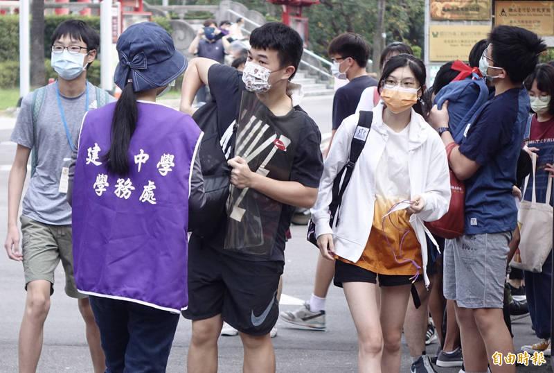 今日是國中會考首日,各地天氣相當炎熱。(記者簡榮豐攝)