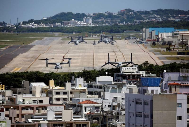 今日為沖繩回歸日本49週年紀念日,居民在駐沖繩美國海軍陸戰隊基地司令部,抗議美軍基地在沖繩佔地過多。(路透)