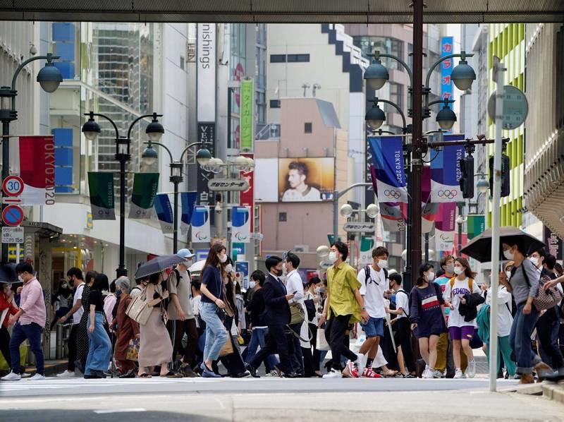 日本1名男子沒戴口罩就進入餐廳吵著要吃天丼,最後吃到的是官司。圖為日本民眾外出時皆戴上口罩。(路透)