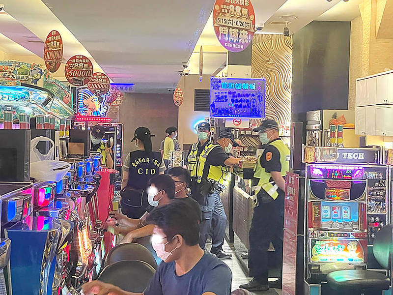 Tainan police Friday night patrol a gaming arcade to ensure that disease prevention measures are being followed. Photo courtesy of Tainan City Police Department