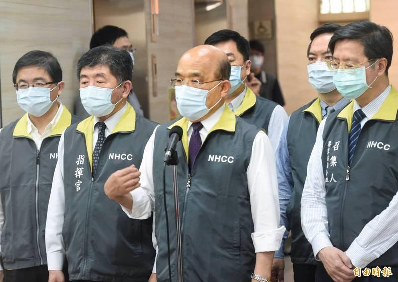 疫情升高,行政院長蘇貞昌15日視察「嚴重特殊傳染性肺炎中央流行疫情指揮中心」,並研商對策。(記者方賓照攝)