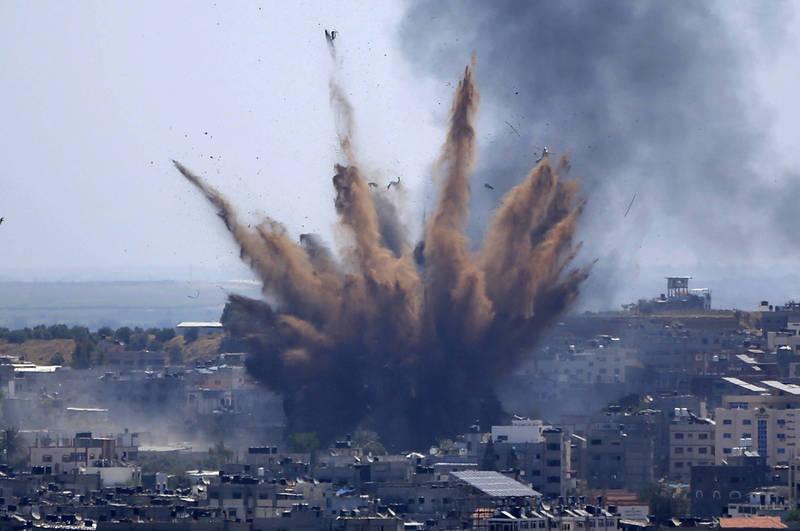 近來中東戰事不斷升溫,圖為以色列空襲加薩走廊畫面。(美聯社)