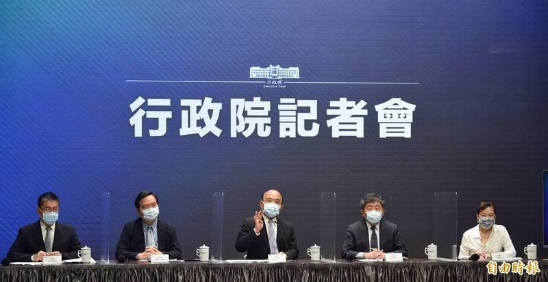 行政院今天上午召開記者會,宣布台北市和台北市升級為三級防疫警戒。(記者劉信德攝)