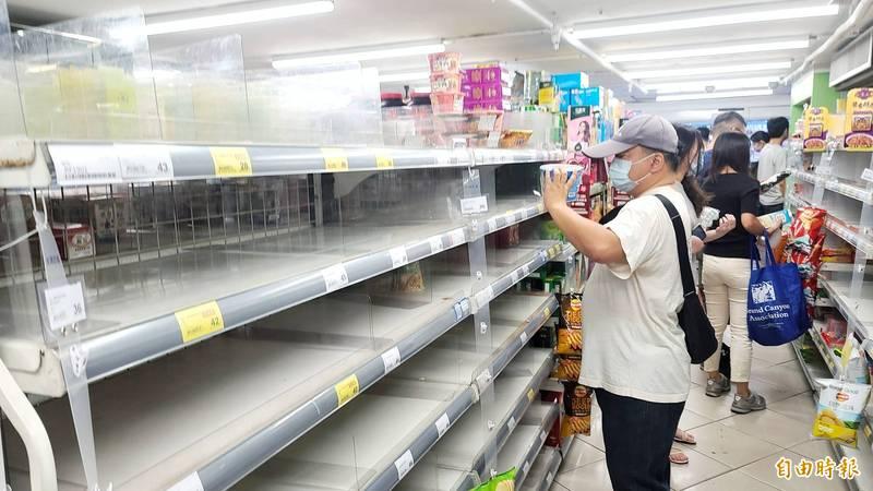 昨日爆增180例本土案例確診,行政院15日召開記者會,宣布台北市和新北市升級為三級防疫警戒。消息一傳出,大型賣場湧入民眾搶購物資。(記者方賓照攝)