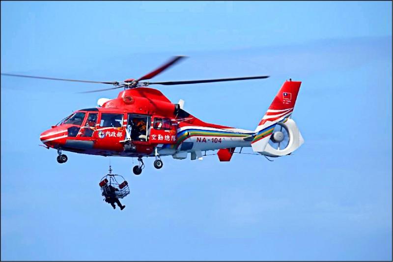國搜中心出動直升機,前往現場吊掛援救中國抽砂船船員。 (澎湖海巡隊提供)