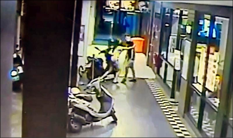 監視器拍到許男(右)跟王姓前女友(左)在騎樓拉扯。(記者邱俊福翻攝)