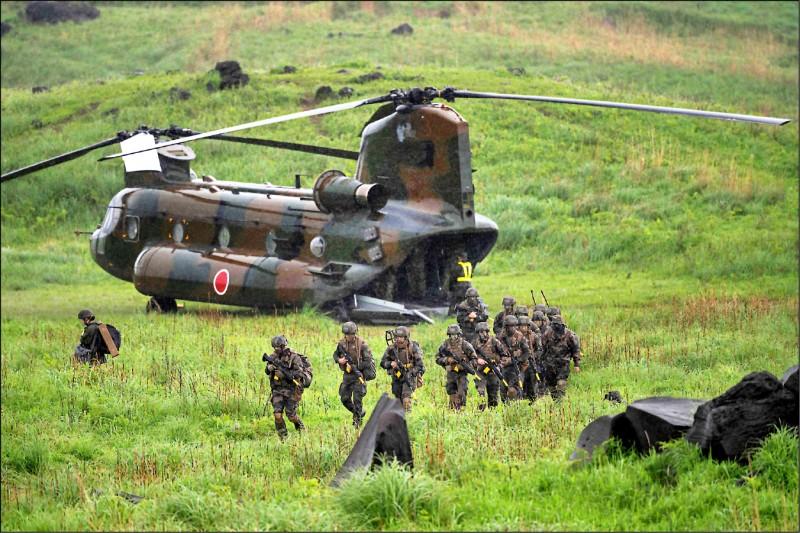 日美法3國昨在日本霧島舉行陸上聯合演習。圖為大型運輸直升機CH-47載送法國陸軍部隊登陸。(法新社)