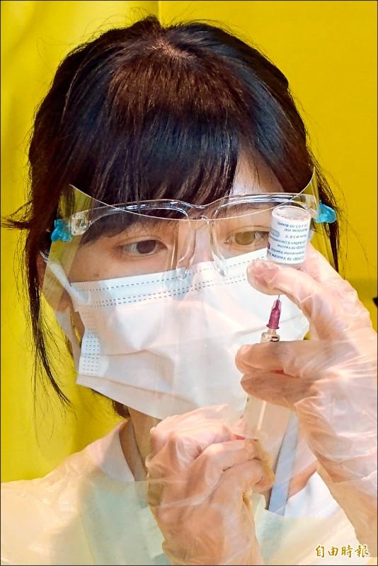 台灣本土疫情爆發,AZ疫苗施打量也再創新高,十四日接種人數達三萬二五五一人。(記者朱沛雄攝)