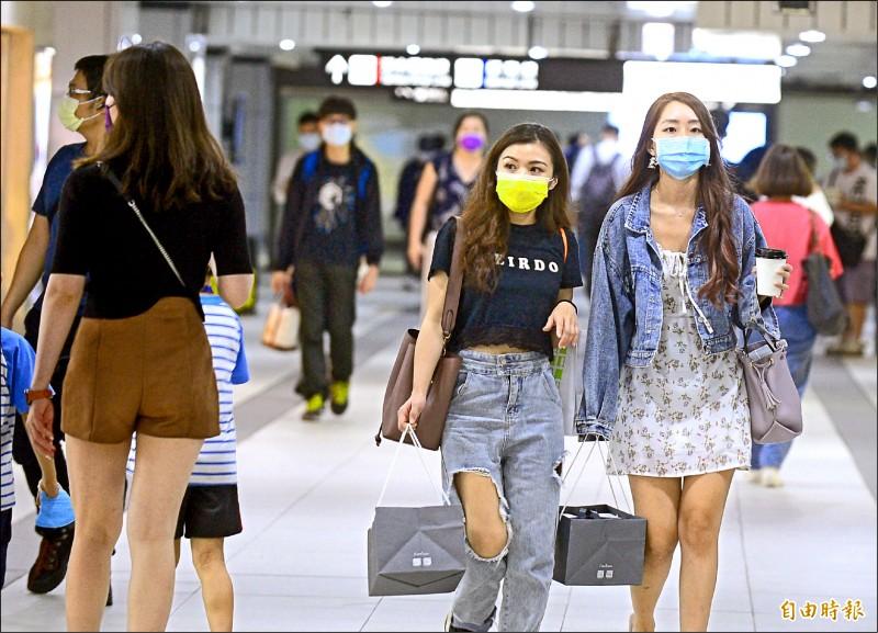 台北市、新北市昨天升級三級警戒,台鐵、高鐵車站付費區內全面禁止飲食。(記者王藝菘攝)