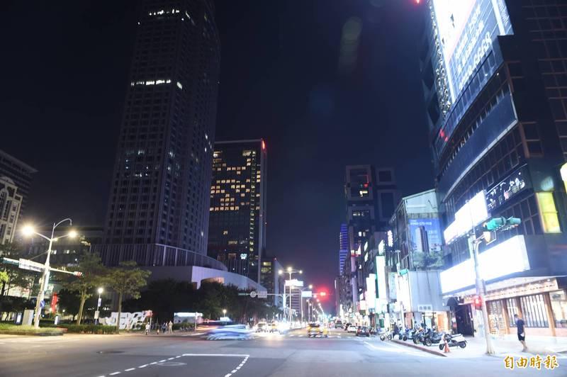 台北市民「自動封城」,減少在外的時間,街上車子也不多。(記者方賓照攝)