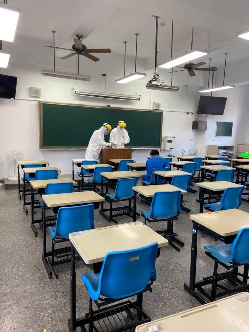 國中教育會考第2天,第2類預備試場工作人員全副武裝做好防疫,協助考生進行考試。(教育部提供)
