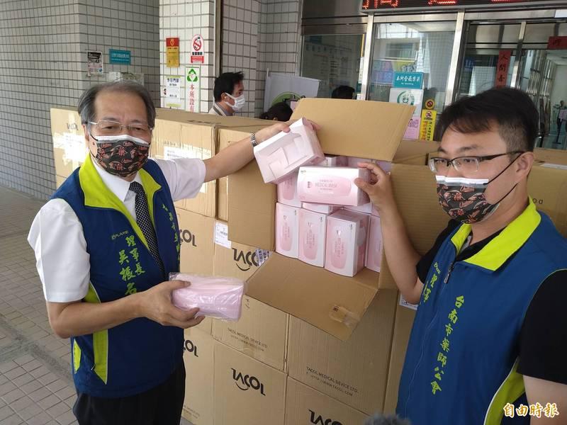 台南市政府釋出10萬片戰備口罩,支援台南市藥師公會,並立即配送到全市各營業中的藥局,每片約4元,每人限購1盒。(記者蔡文居攝)
