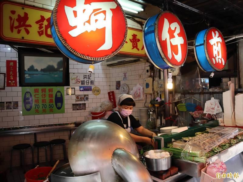 廟東美食街的蚵仔煎業者表示,人少一點沒關係,至少還有生意可做。(記者歐素美攝)