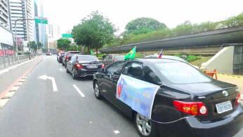 聖保羅經文處長馮光中帶領Taiwan can help車隊,沿街呼籲巴西社會支持台灣加入WHA。(聖保羅經文處提供)