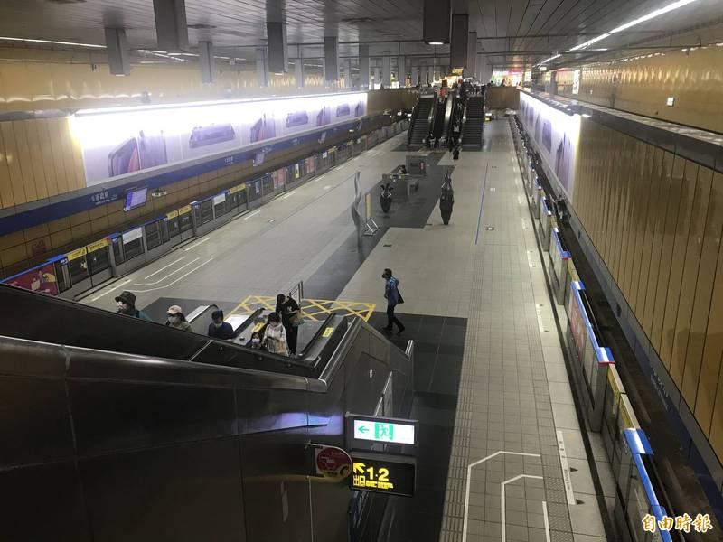北捷運量大減,原本人潮眾多的市政府站也只剩幾位乘客。(記者蔡思培攝)