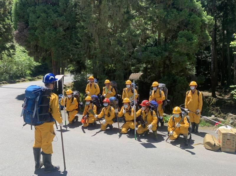 嘉義林管處救火隊人員由直升機空中接駁要進入火場。(嘉義林管處提供)