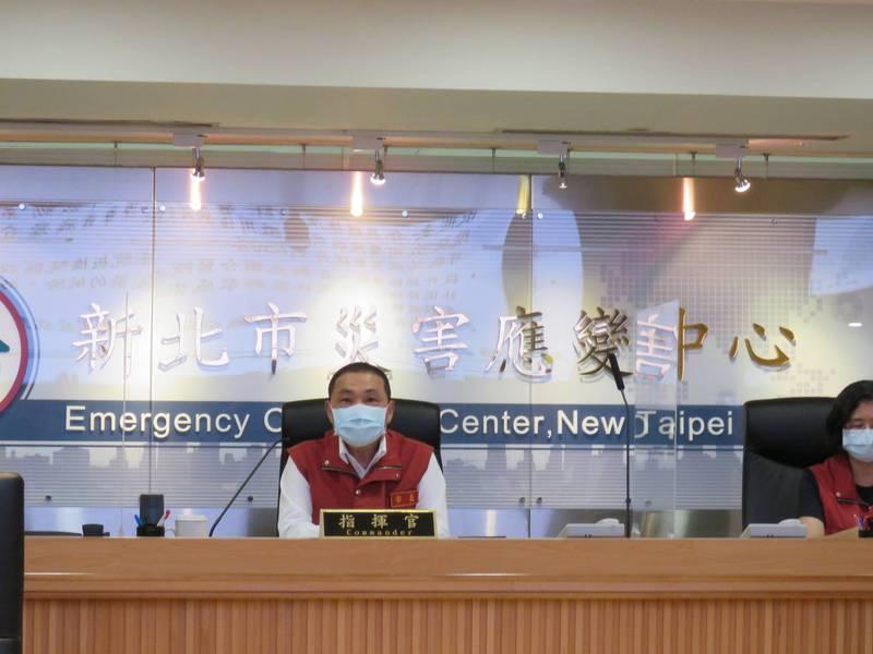 新北市長侯友宜今天於防疫應變會議後受訪。(記者陳心瑜翻攝)