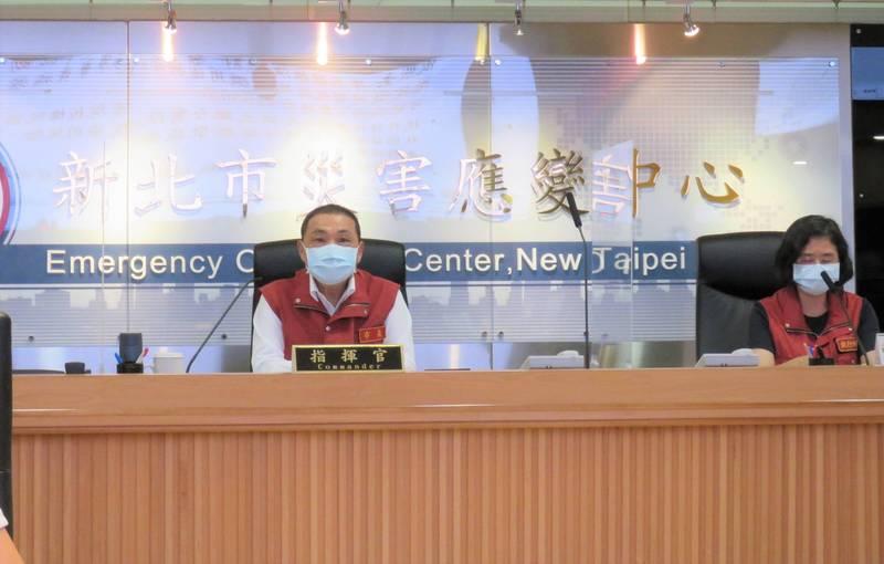 新北市長侯友宜今天召開防疫應變會議後受訪。(記者陳心瑜翻攝)