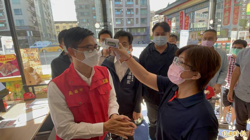 高雄市長陳其邁(左)擔任行政院副院長時,推動利用人工智慧AI完成病毒基因資料庫,成功抓出「磐石艦」、「雙北」病毒株不同來源。(記者黃良傑攝)